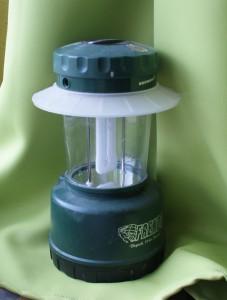 Lampe de camping sur pied, idéale pour éclairer la table.