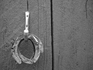 fers à cheval suspendus au mur