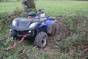 quad enlissé dans le fossé entre les prairie !!