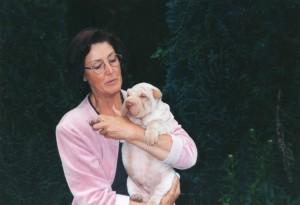 Yvonne et son chien Ogwai, sharpei bien entendu !
