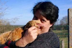 Sandrine en compagnie d'un jeune poulet de race brahma