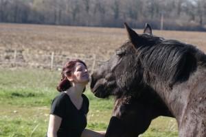 Jeune femme et cheval qui lui parle