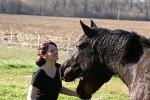 Gaelle et ses chevaux au pré