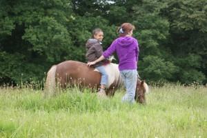 enfant sans selle sur poney